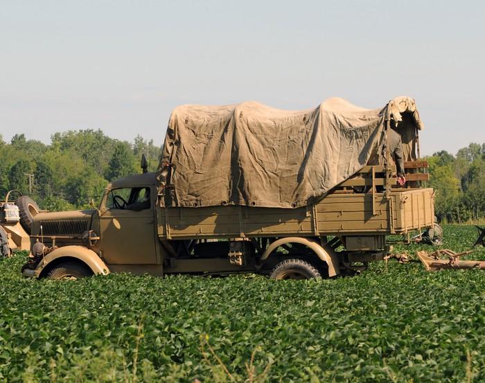 Vinylová Tapeta Druhá světová válka éra vojenské vozidlo v poli - Na cestě