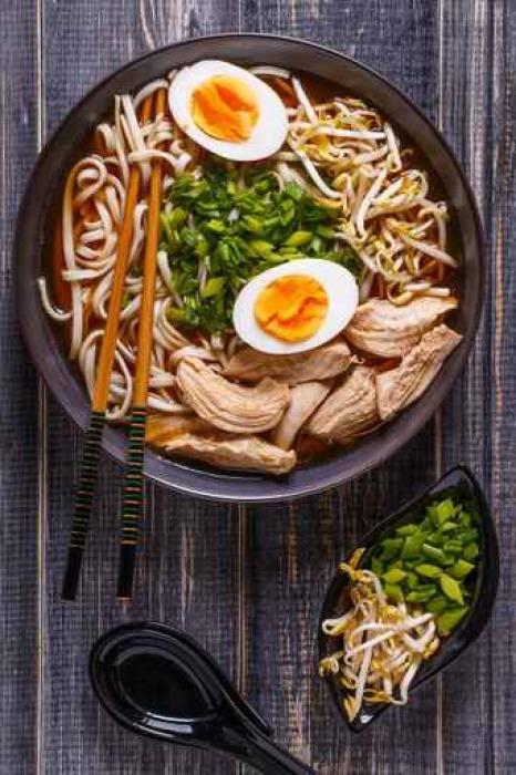 Papier Peint Vinyle Soupe de ramen japonais avec poulet, oeuf, la ciboulette et la germination. - Nourriture