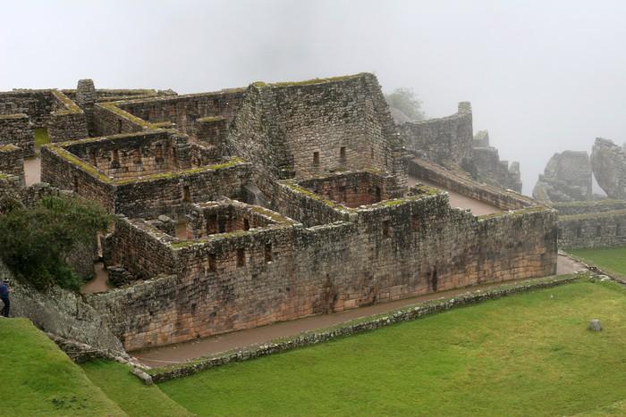 Nálepka Pixerstick Starobylé ruiny a terasy Machu Picchu - Veřejné budovy