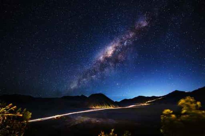 Vinylová fototapeta Mléčná cesta přes Mt.Bromo, Východní Jáva, Indonésie - Vinylová fototapeta