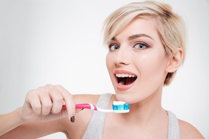 Vinylová fototapeta Šťastné roztomilá žena čištění zubů - Vinylová fototapeta