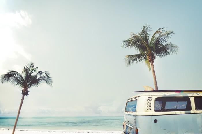 Vinylová Fototapeta Vintage auto zaparkované na tropické pláži (moře) s surf na střeše - volný čas výlet v létě - Vinylová Fototapeta