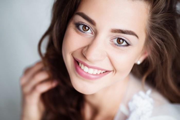 Vinilo Pixerstick Retrato de la mujer sonriente con una perfecta ...