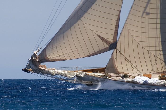 Vinylová Tapeta Bow velké klasické jachty na plné obrátky - Vodní sporty