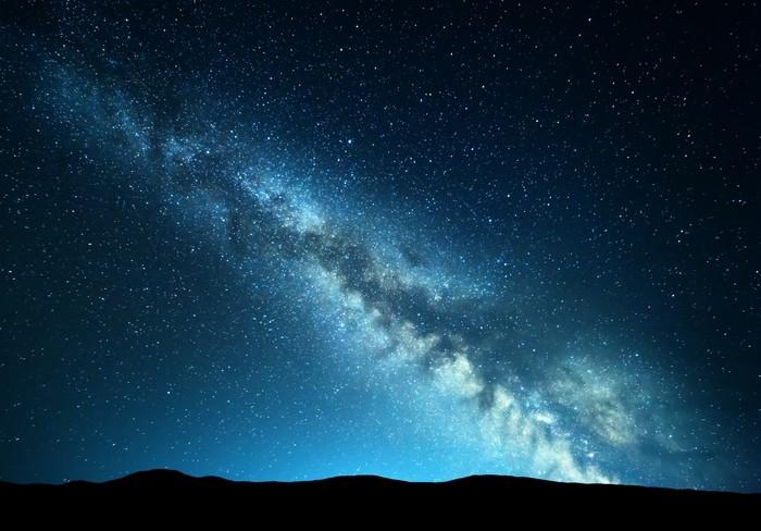 Fotobehang nacht landschap met verbazingwekkende melkweg in bergen