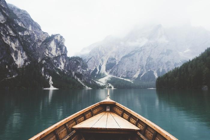 Vinylová Tapeta Wood člun v jezeře Braies - Relaxace