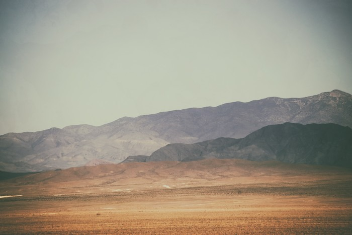 Quadro su Tela Bergspitzen und Bergketten in der Wüste / Spitze Gipfel und Bergketten rauer dunkler sowie hellerer Berge in der Mojave Wüste in der Nähe der Death Valley Kreuzung. - Panorami