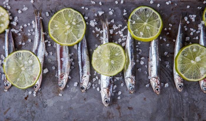 Vinylová Tapeta Sardele Fresh Marine Fish.Appetizer. selektivní zaměření. - Jídlo