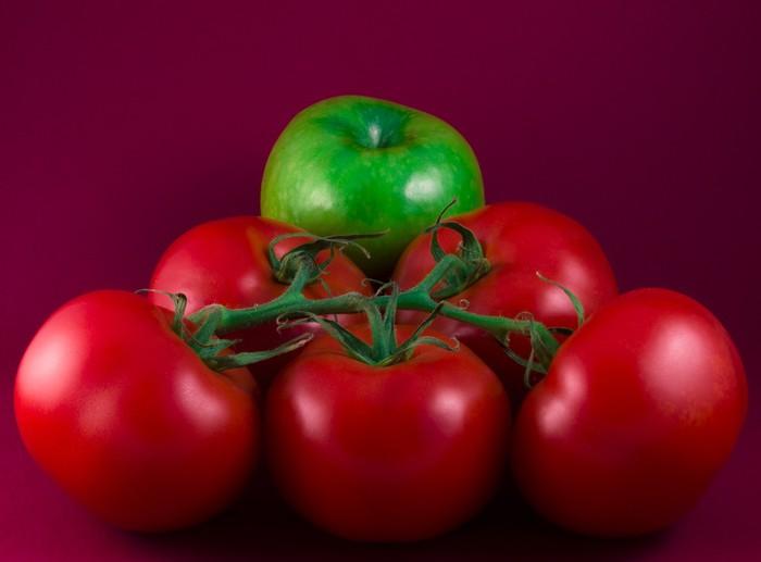 Vinylová Tapeta Zelené jablko a rajčata na červenou - Témata