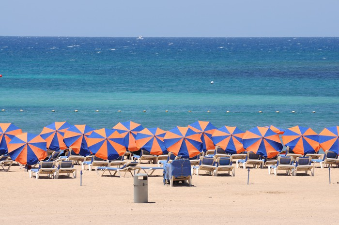 Vinylová fototapeta Lehátku na pláži Caleta de Fuste, Fuerteventura - Vinylová fototapeta
