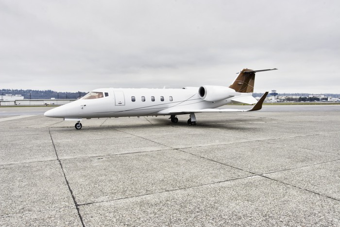 Vinylová Tapeta Learjet firemní profil letadla na asfaltu - Vzduch