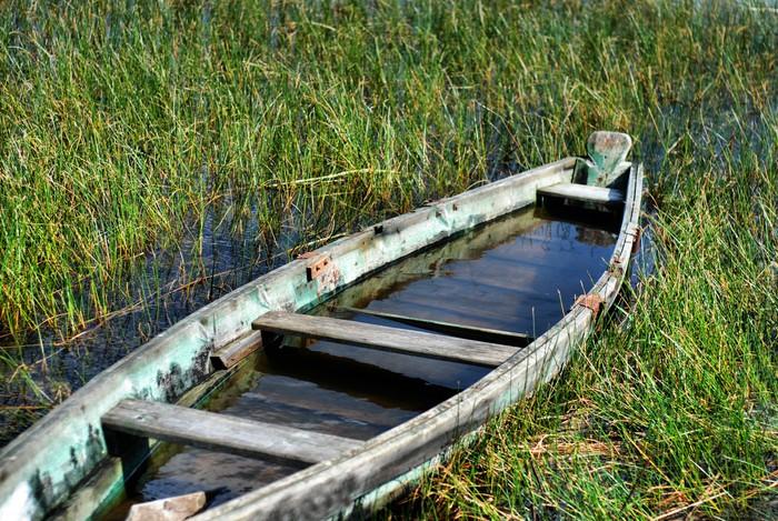 Vinylová Tapeta Staré tradiční rybářské dřevěná loď na břehu jezera - Lodě