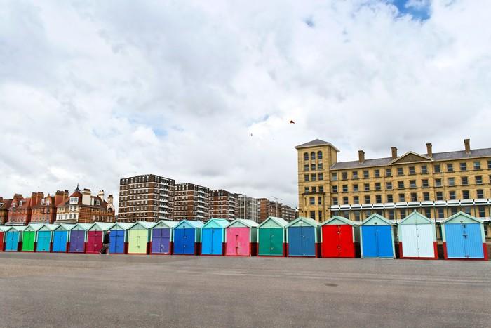 Papier peint un rouleau de huttes de plage color es le long esplanade roi pixers nous - Largeur d un rouleau de papier peint ...