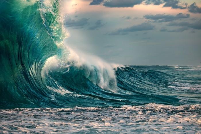 Papier peint vinyle Énorme vague de l'océan au cours d'une tempête - Paysages