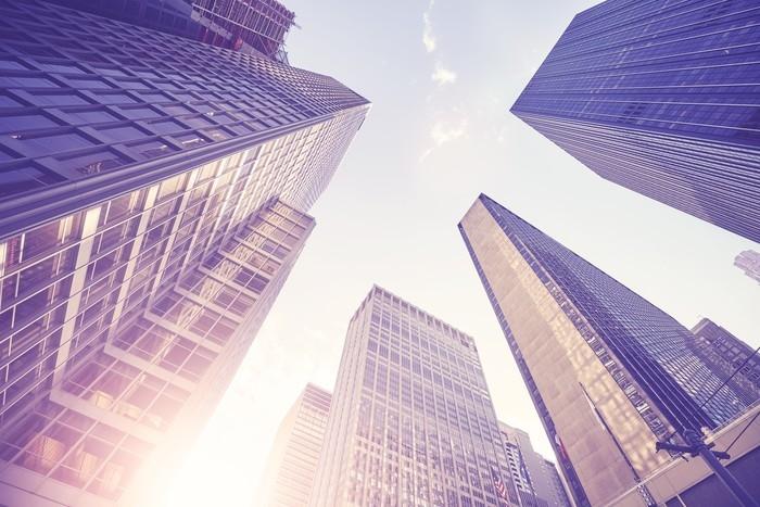 Nálepka Pixerstick Vintage stylizovaný obraz manhattan mrakodrapy při západu slunce, vzhlédl perspektivy, new york city, usa. - Cestování