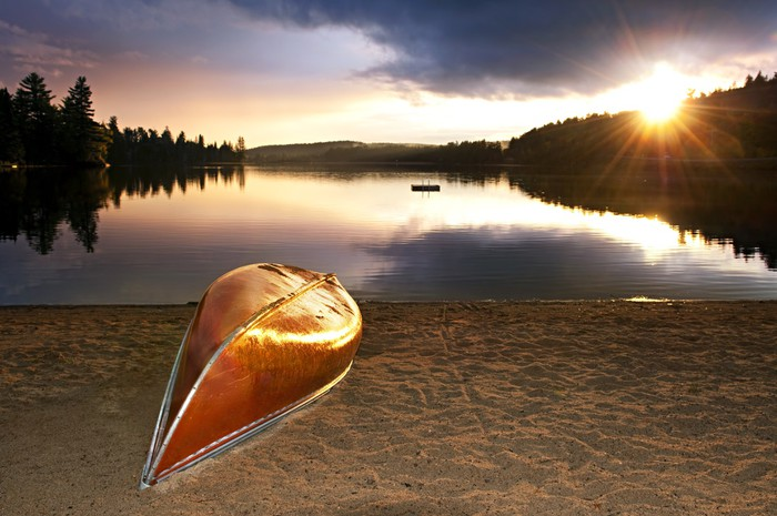 Vinylová Tapeta Lake západ slunce s kanoi na pláži - Voda