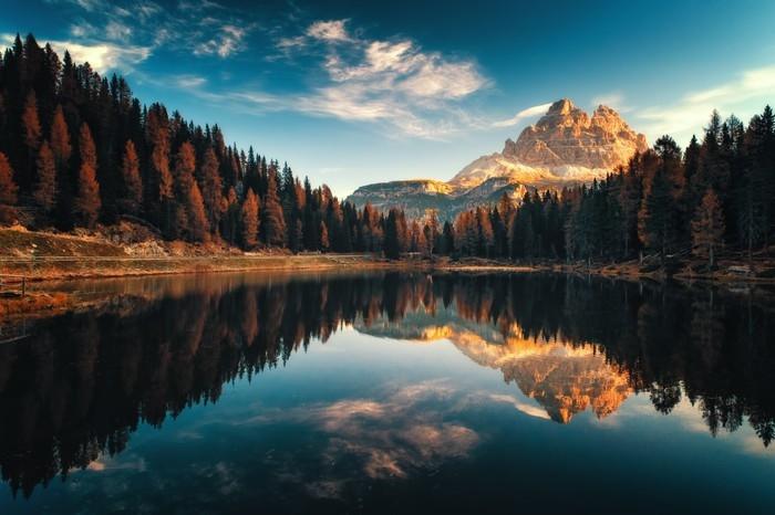 Mural de Parede em Vinil Vista aérea do lago antorno, dolomites, paisagem montanhosa do lago com alpes picos, misurina, cortina d'ampezzo, italia - Paisagens