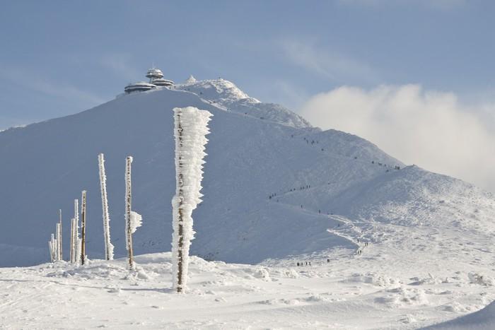 Vinylová Tapeta Dlouhá cesta na hory pokryté sněhem - Hory
