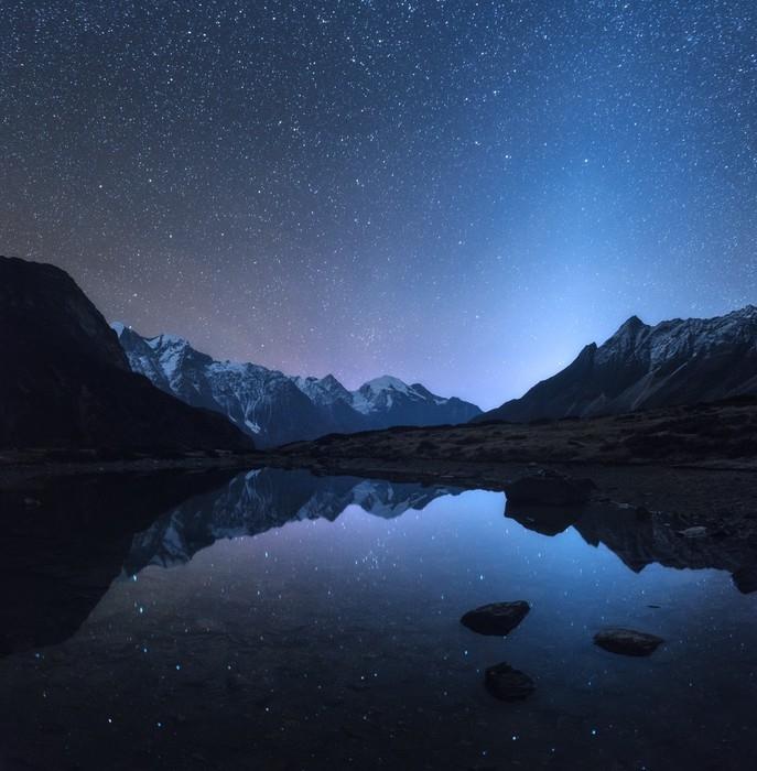 Fototapete Sternennacht In Nepal. Erstaunliche Nachtszene Mit Bergen Und  See. Landschaft Mit Hohen Felsen Mit Schneebedeckter Spitze Und Himmel Mit  Den ...