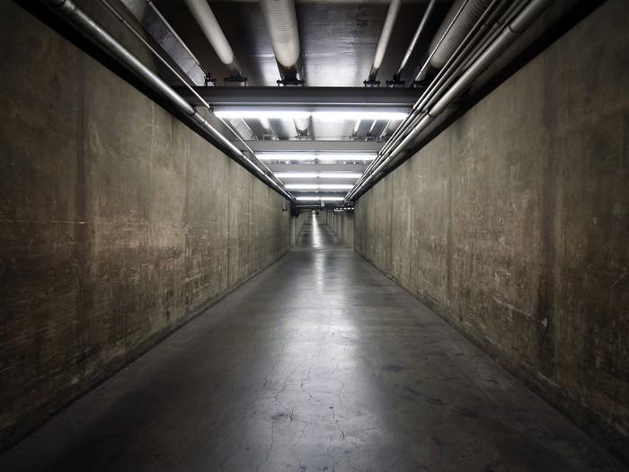 Vinilo Pixerstick Túnel del sótano del gobierno • Pixers® - Vivimos ...