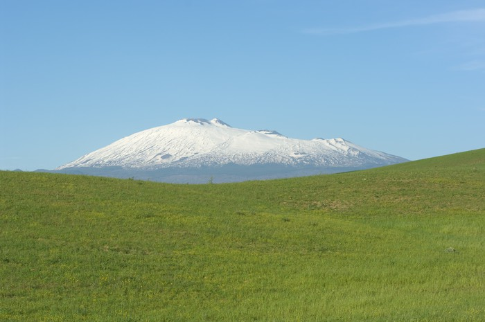 Vinylová Tapeta Green Grass a Etnu - Prázdniny