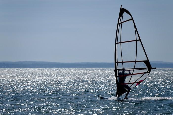 Vinylová Tapeta Surfař silueta proti jiskření modré moře - Vodní sporty