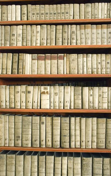 Fotobehang Boekenkast met een oude boeken • Pixers® - We leven om te ...