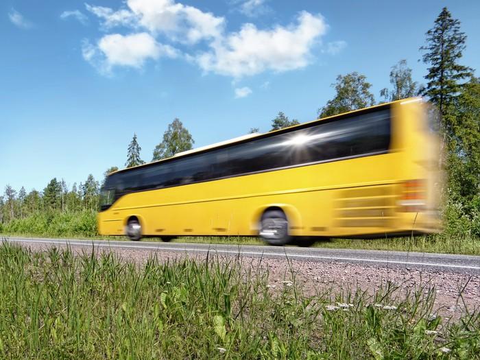 papier peint jaune bus touristique exc s de vitesse sur l 39 autoroute rurale le flou de mouvement. Black Bedroom Furniture Sets. Home Design Ideas