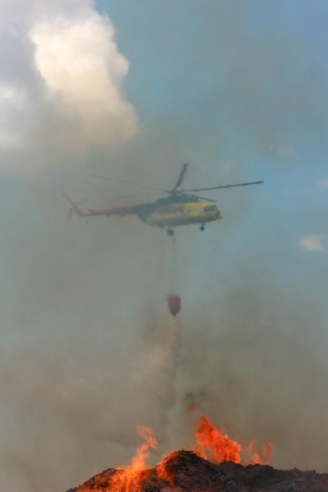 Vinylová Tapeta Hasičský záchranný vrtulník vypouštění vody nad ohněm - Život