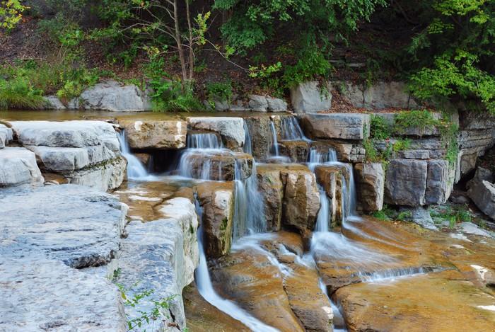 Vinyl-Fototapete Wasserfall im Wald - Jahreszeiten