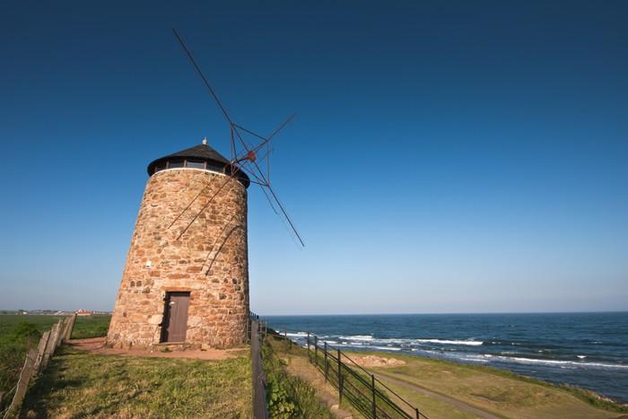 Vinylová Tapeta Tradiční skotské pobřežní větrný mlýn pod modrou oblohou - Infrastruktura