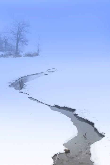 Vinylová Tapeta Potok tekoucí na zamrzlém jezeře - Roční období