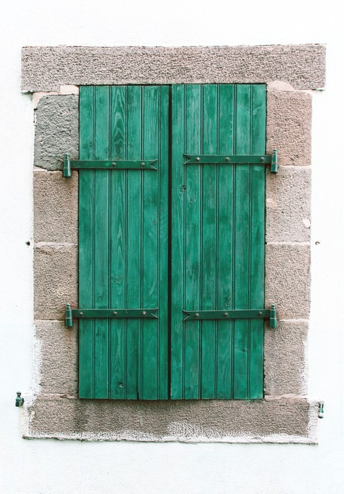 Carta da parati finestra verde chiusa pixers viviamo for Carta parati verde