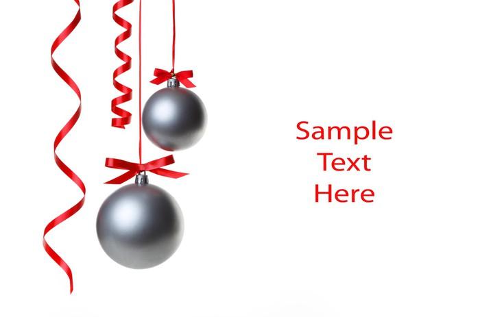 Fotomural Bolas de Navidad colgando con cintas sobre fondo blanco