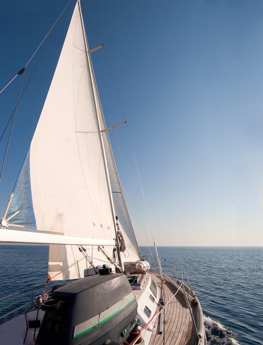 Vinylová Tapeta Jachty plující v moři, jasně modrá obloha - Lodě