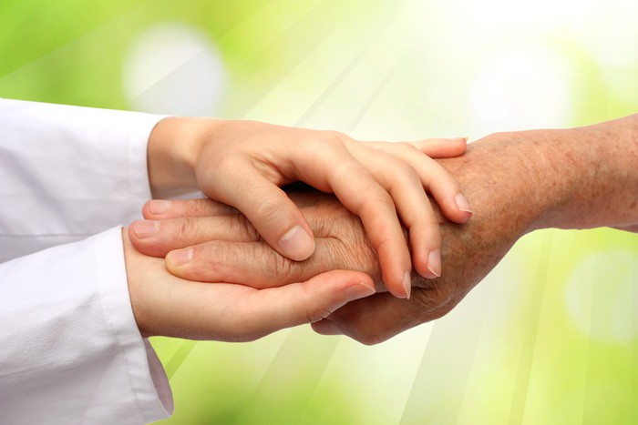 Stary i młody ręka