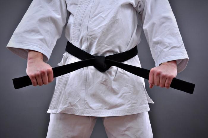 Vinylová Tapeta Muž v bojových uměních uniformě drží jeho černý pás - Témata