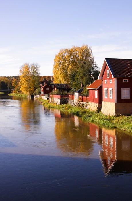 Vinylová Tapeta Švédská obec na břehu řeky, odrazy ve vodě. - Domov a zahrada