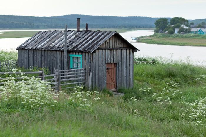 Vinylová Tapeta Деревянный сарай на высоком берегу реки Варзуга. - Prázdniny