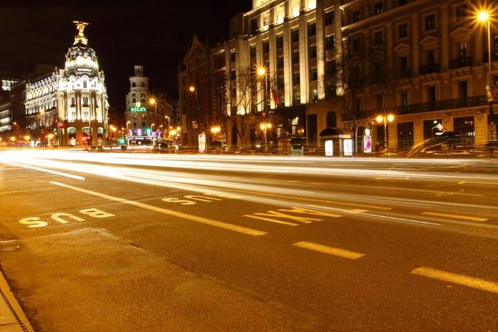 Vinylová Tapeta Gran via ulici v Madridu, Španělsko v noci - Evropská města