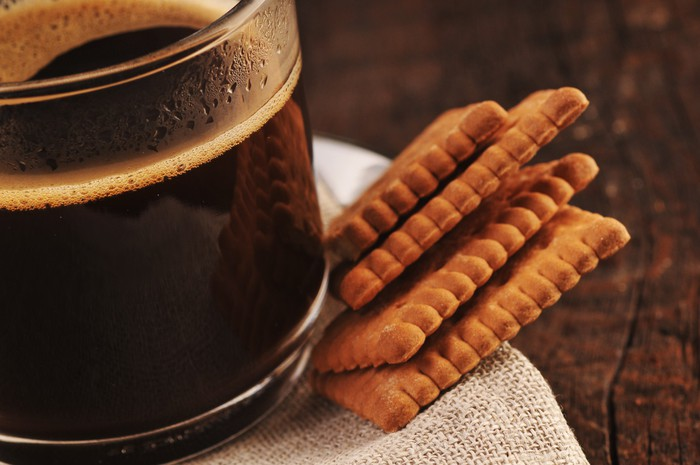 Czarna kawa i herbatniki