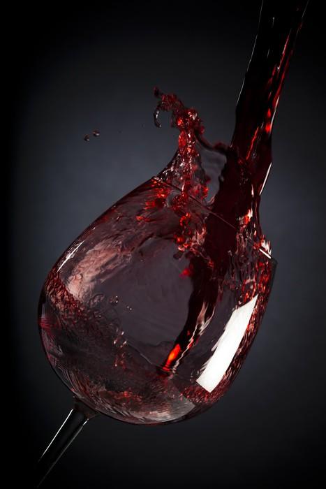 Vinylová Tapeta Červené víno stéká do sklenice na víno na černém pozadí - Alkohol