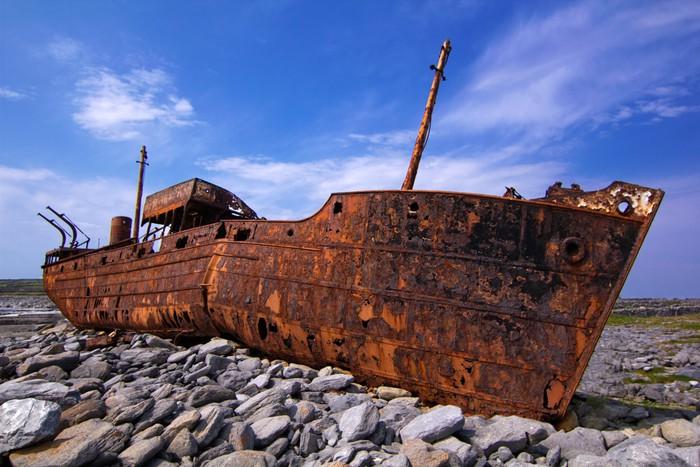 Vinylová Tapeta Nákladní loď ztroskotal během bouře u pobřeží - Témata