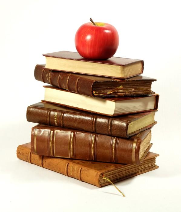 Carta da parati pila di vecchi libri e mela rossa pixers for Carta da parati libri