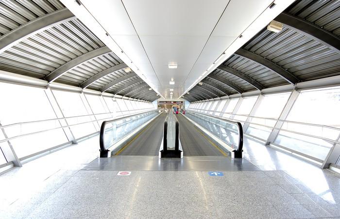 Papier Peint Vinyle Tunnel à l'aéroport avec un passage mécanique - Styles