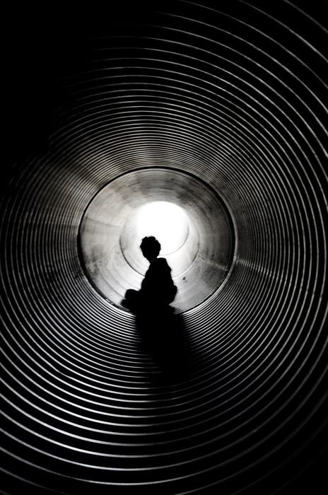 Vinylová Tapeta Silueta sedět chlapce s světlo na konci tunelu - Grafika