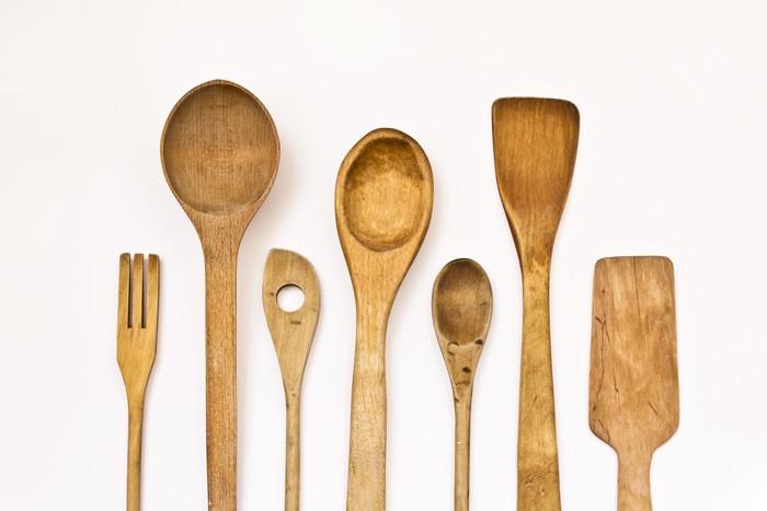 P ster cocina diferentes utensilios de madera sobre un for Cocina lidl madera