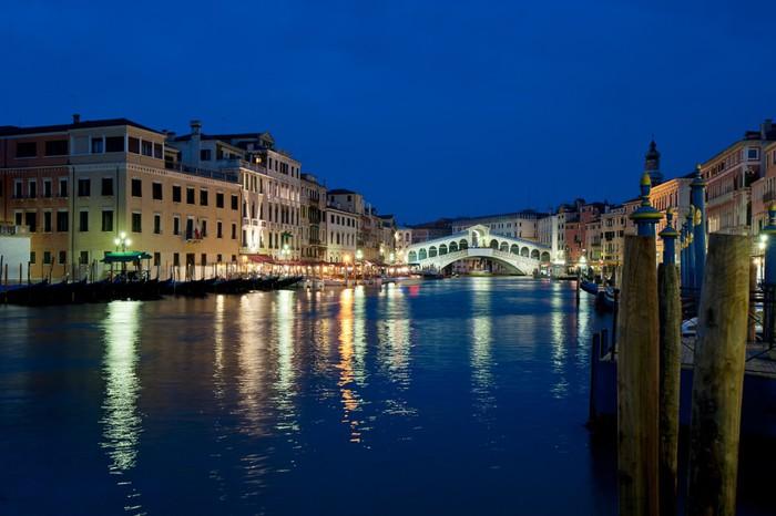 Vinylová Tapeta Rialto bridge v noci, Benátky, Itálie - Evropská města