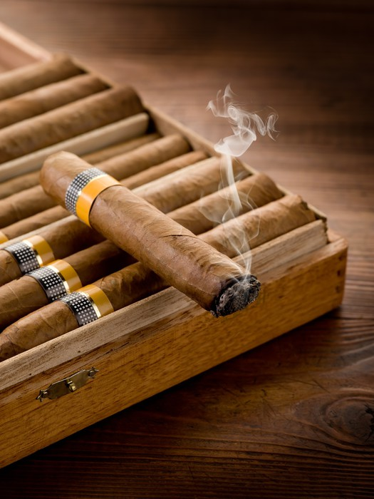 Vinylová fototapeta Kouření kubánských doutníků přes pole na dřevo pozadí - Vinylová fototapeta