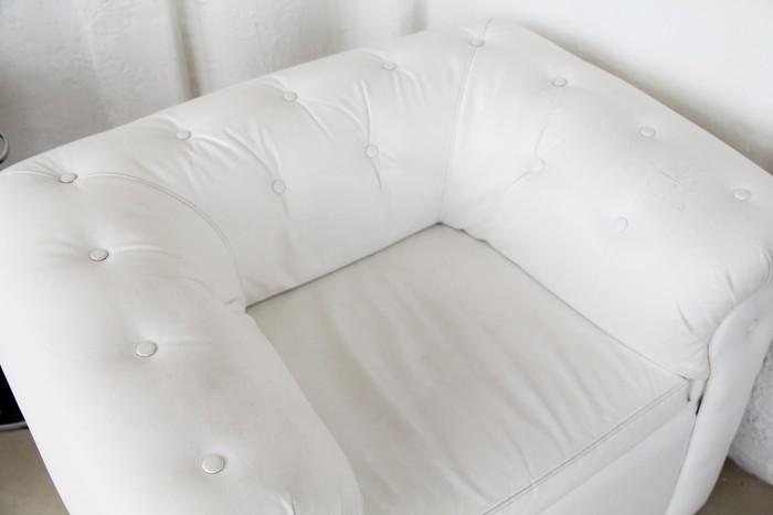 Fotobehang moderne witte lederen fauteuil met batton in het